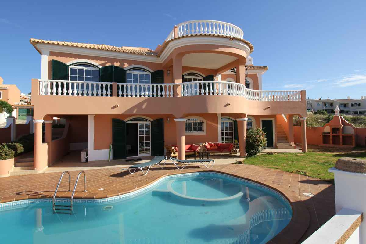 The swimming pool and front view of the surf villa Luz